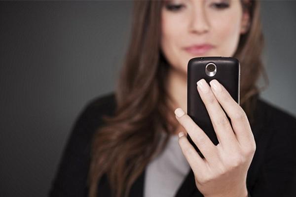Dampak Terlalu Lama Pakai Smartphone bagi Kesehatan Kulitmu