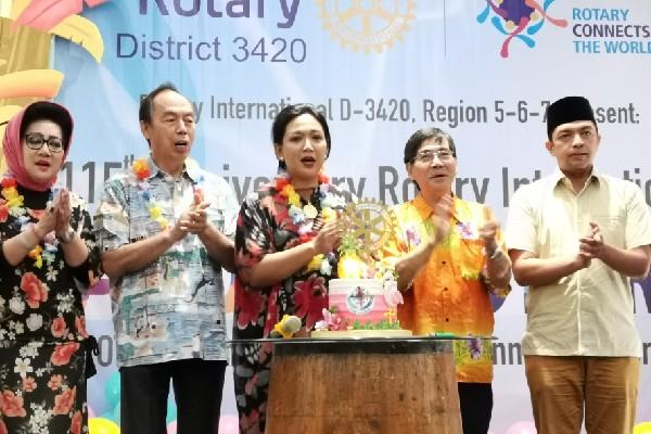 Rayakan Ultah, Rotary Club Angkat Tema Aloha Party