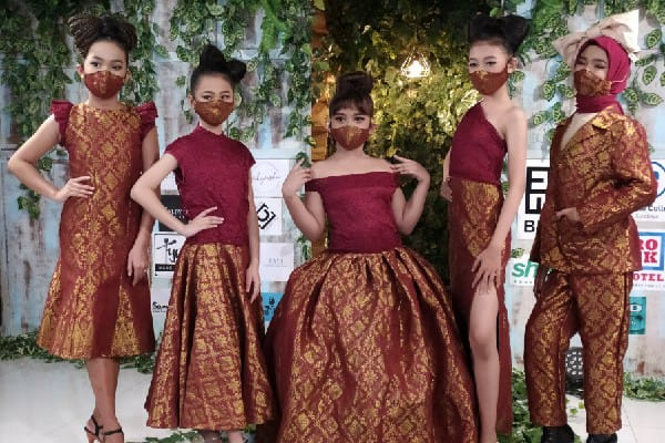 Sambut New Normal, Desainer Surabaya Gelar Fashion Show Daring