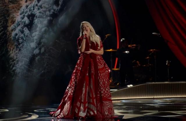 Carrie Underwood Kembali Percayakan Gaun Konser Pada Desainer Diana Putri