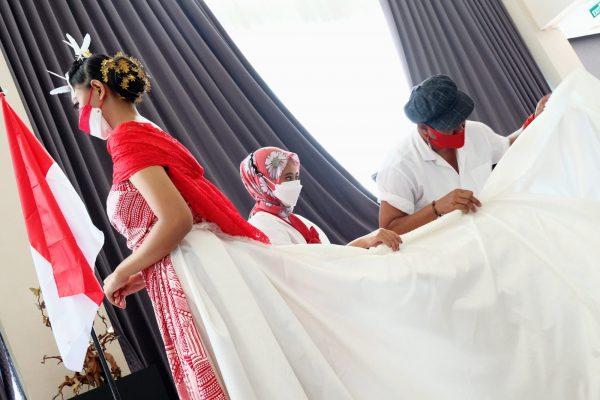 Desainer Surabaya Buat Gaun Merah Putih Tanpa Jahitan